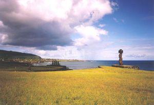 Două ahu la Hanga Roa. În plan apropiat Ahu Ko Te Riku (cu un pukao pe cap). În plan mijlociu o vedere laterală a unei ahu cu cinci moai.
